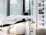 Białe biurko w połysku