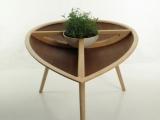 Drewniany stół i krzesło