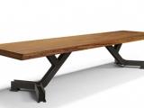Nowoczesne stoły kuchenne z różnego klejonego drewna.