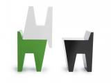Małe kolorowe krzesła
